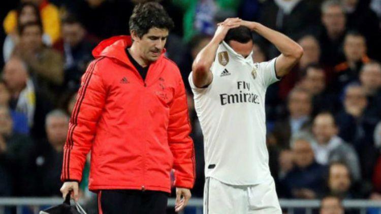 Lucas Vazquez menangis saat dirinya ditarik keluar saat pertandingan Real Madrid vs Ajax di pertandingan leg kedua babak 16 besar Liga Champions, Rabu (06/03/19) dini hari WIB. Copyright: © marca.com