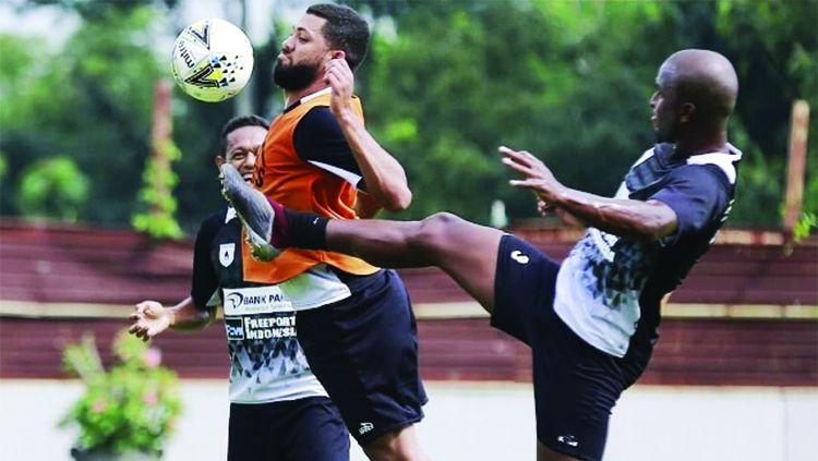 Aksi Luiz Carlos Pilar bersama Skuat Persipura Jayapura. Copyright: © Jubi