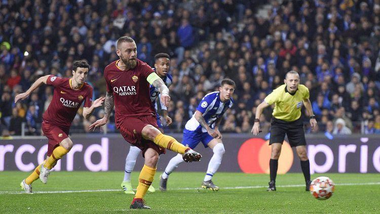Daniele De Rossi mengeksekusi penalti ke gawang FC Porto. Copyright: © Twitter @ASRomaEN