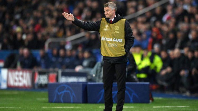 Manajer Manchester United, Ole Gunnar Solskjaer, ketika memberi arahan di lapangan. Copyright: © 101greatgoals