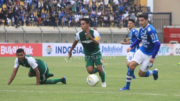 Esteban Vizcarra mencoba mengejar bola saat menghadapi Persebaya. Copyright: © Arif Rahman/Indosport.com