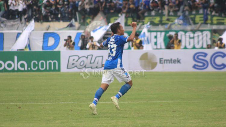 Selebrasi Erwin Ramdani (Persib) saat membobol gawang Persebaya. Copyright: © Arif Rahman/Indosport.com