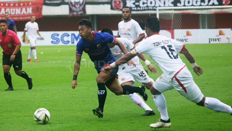 Para pemain Persija menjaga pergerakan pemain Madura United (tengah). Copyright: © Ronald Seger/INDOSPORT