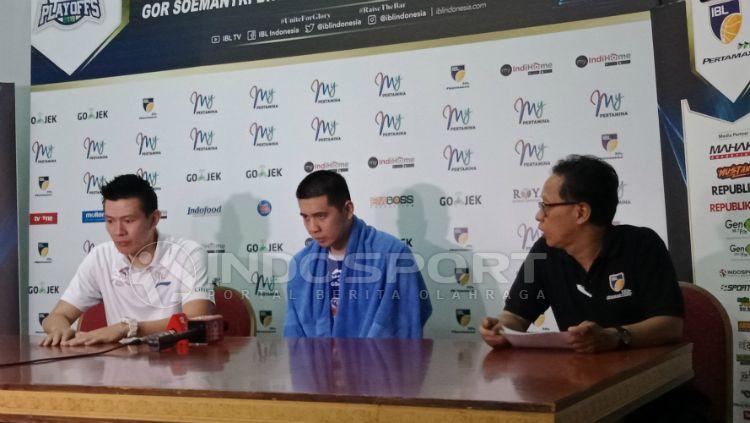 Konferensi pers Satria Muda di babak playoffs IBL oleh pelatih Youbel Sondakh dan salah satu pemain, Avan Seputra. Copyright: © Shintya Maharani/INDOSPORT