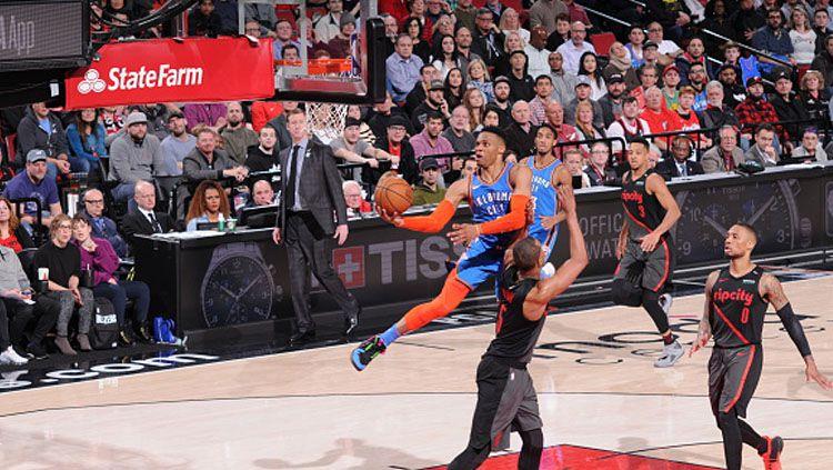 Bintang Oklahoma City Thunder, Russell Westbrook saat ingin memasukkan bola ke dalam ring. Copyright: © INDOSPORT