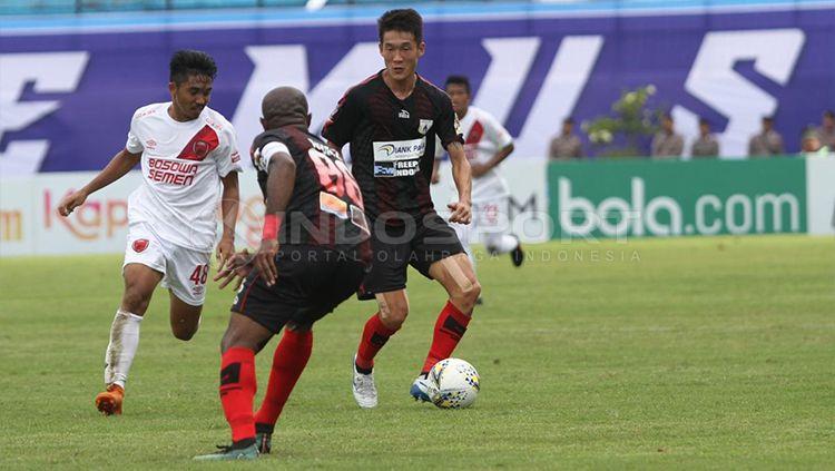 Pemain Persipura Jayapura Oh In-Kyun ketika memegang bola saat melawan PSM Makassar di Piala Presiden 2019, Minggu (10/03/19). Copyright: © Ronald Seger Prabowo/INDOSPORT