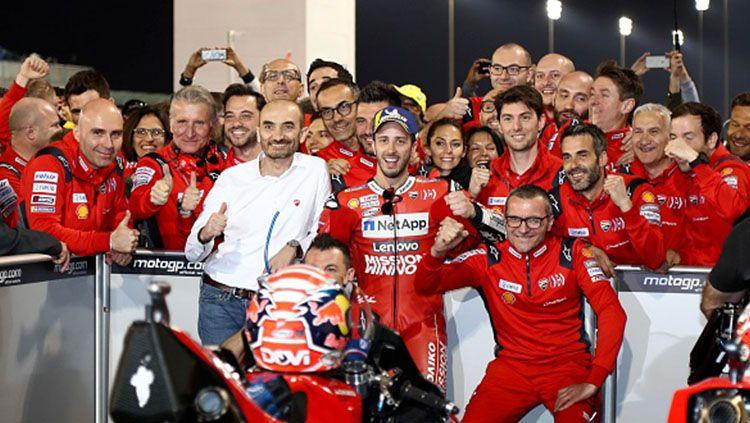 Andrea Dovizioso berfoto dengan kru timnya usai memenangkan seri MotoGP Qatar. Copyright: © INDOSPORT