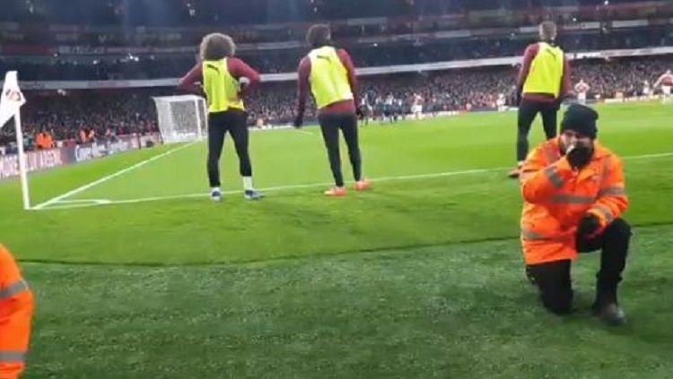 Matteo Guendouzi dan Alex Iwobi rela merunduk di lapangan agar fans dapat menyaksikan penalti Aubameyan Copyright: © Twitter