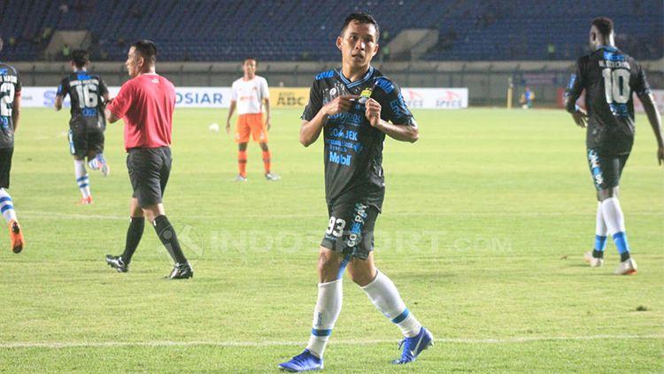 Selebrasi gol Erwin Ramdani ke gawang Perseru Serui. Copyright: © Arif Rahman/INDOSPORT
