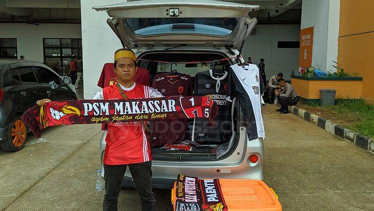 Salah satu suporter PSM Makassar jualan disekitar Pakansari Copyright: © Zainal Hasan/INDOSPORT