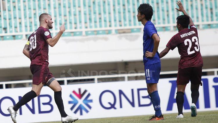 Wiljan Pluim dan Bayu Gatra akan melakukan selebrasi di laga PSM Makassar vs Lao Toyota dalam Piala AFC 2019. Copyright: © Herry Ibrahim/INDOSPORT