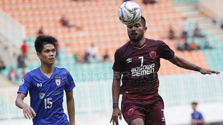 Pemain PSM Makassar, Zulham Zamrun, mengontrol bola. Copyright: © Herry Ibrahim/INDOSPORT