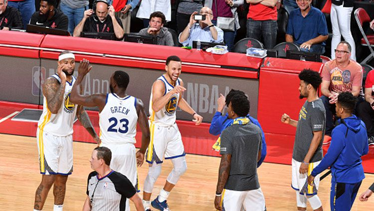 Selebrasi para pemain Golden State Warriors usai menang atas Houston Rockets. Copyright: © INDOSPORT