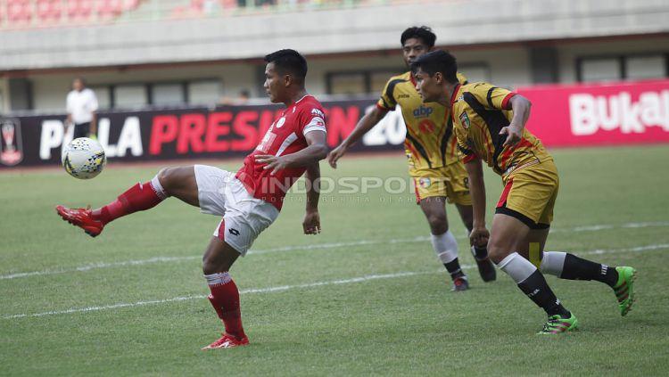 Perebutan bola di lapangan dalam laga Semen Padang vs Mitra Kukar di Piala Presiden 2019, Kamis (14/03/19). Copyright: © Herry Ibrahim/INDOSPORT