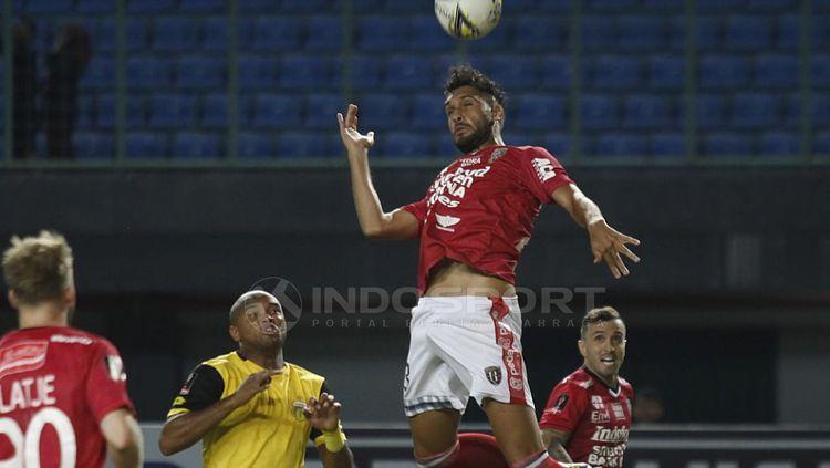 Willian Pacheco mengambil bola atas. Copyright: © Herry Ibrahim/INDOSPORT