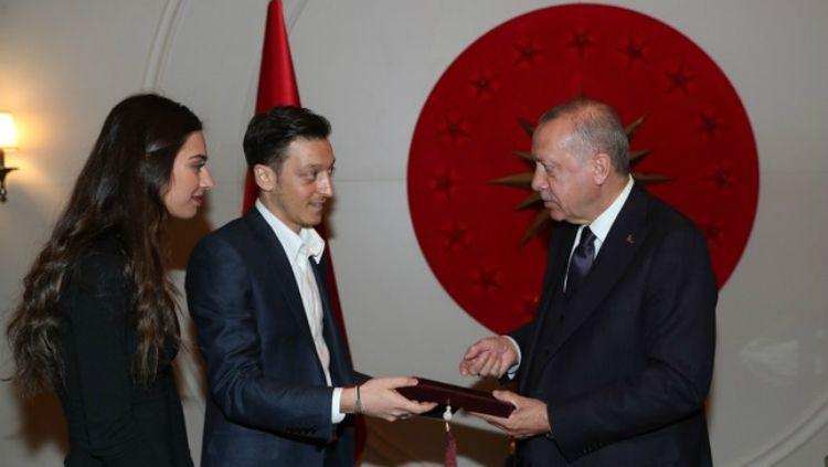Mesut Ozil bersama sang kekasih, Amine Gulse, menyerahkan undangan pernikahan mereka pada Presiden Turki, Recep Tayyip Erdogan. Copyright: © AA Photo