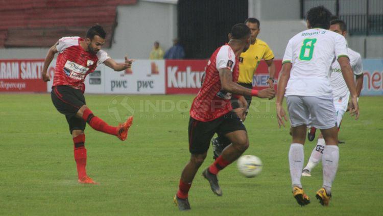 Salah satu pemain Persipura tengah mengeksekusi bola ke arah gawang Kalteng Copyright: © Ronald Seger Prabowo/INDOSPORT