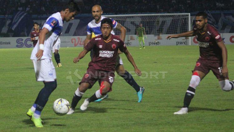 Bayu Gatra berusaha kawal ketat pemain PSIS Semarang Copyright: © Ronald Seger Prabowo/INDOSPORT