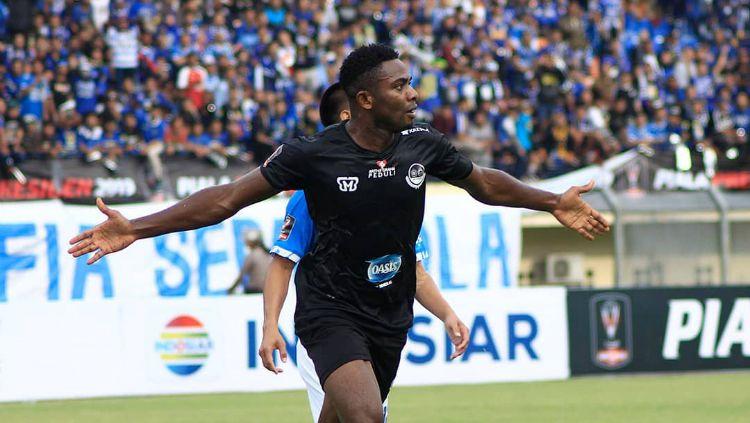 Osas Saha merayakan golnya. Copyright: © www.instagram.com/pstni_official/