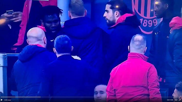 Frank Kessie beradu mulut dengan Lucas Biglia saat laga AC Milan vs Inter Milan. Copyright: © Youtube