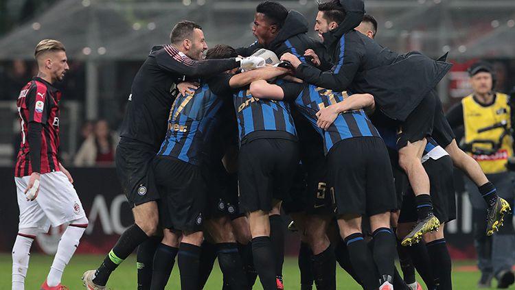 Pemain Inter Milan berselebrasi merayakan kemenangan atas AC Milan. Copyright: © Getty Images/Emilio Andreoli