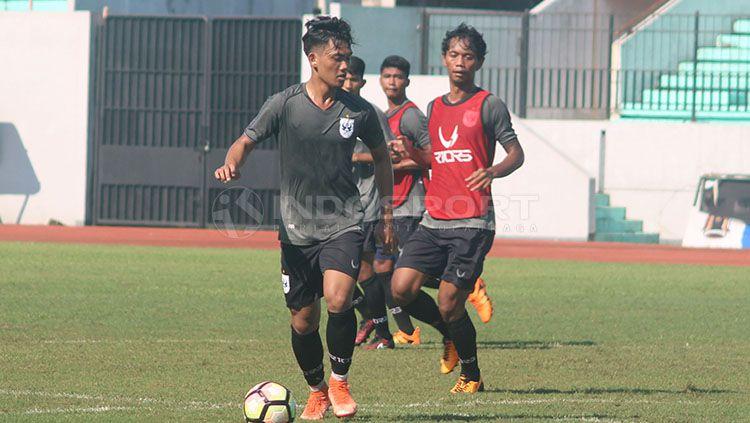 Salah satu pemain muda PSIS Semarang, Tegar Infantrie (tengah) yang mendapat kesempatan tampil di Piala Presiden 2019. Copyright: © Ronald Seger Prabowo/INDOSPORT