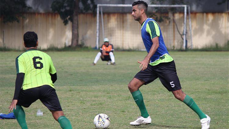 Otavio Dutra kembali berlatih bersama Persebaya. Copyright: © Fitra Herdian/INDOSPORT