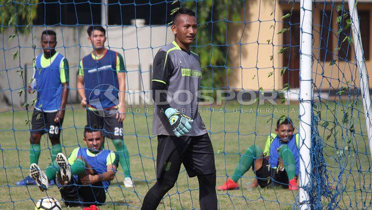 Abdul Rohim kiper Persebaya ketika berlatih di Lapangan Polda Jatim. Copyright: © Fitra Herdian/INDOSPORT