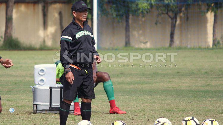 Djadjang Nurdjaman memperhatikan pemainnya latihan di Lapangan Polda Jatim. Copyright: © Fitra Herdian/INDOSPORT