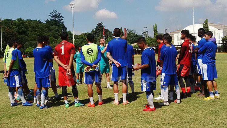 Penggawa Persib Bandung saat mendengarkan instruksi dari Radovic. Copyright: © Arif Rahman/INDOSPORT