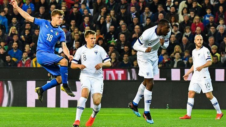 Finlandia (seragam putih) sedang di ambang mencatatkan sejarah untuk pertama kalinya lolos ke putaran final Euro. Copyright: © ANDREAS SOLARO/AFP/Getty Images
