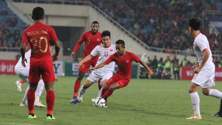 Sani Rizki menggiring bola mencoba melewati pemain Vietnam. Copyright: © PSSI
