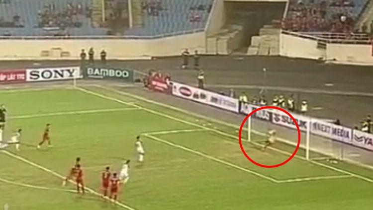 Dimas Drajad menepis tendangan penalti pemain Brunei Darussalam. Copyright: © INDOSPORT