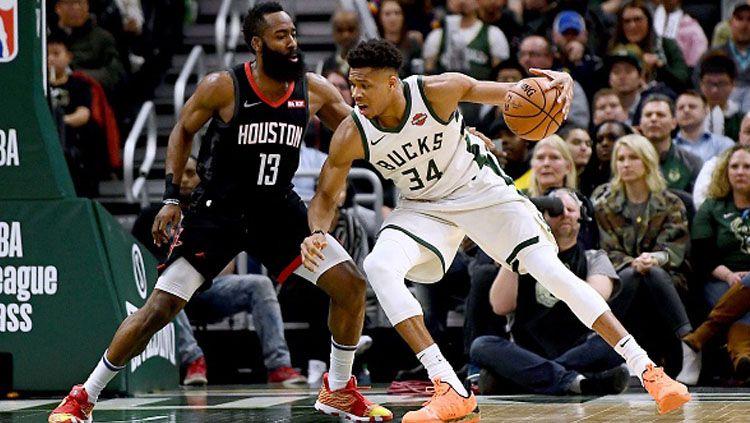 Pemain Megabintang Rockets, James Harden (kiri) vs Giannis Antetokounmpo, pemain bintang Bucks. Copyright: © Stacy Revere/Getty Images