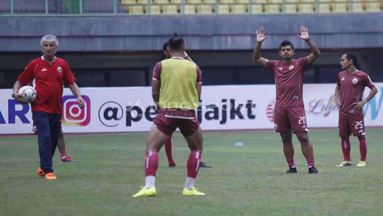 Ivan Kolev (kiri) memimpin jalannya latihan Persija Jakarta. Copyright: © Herry Ibrahim/Indosport.com
