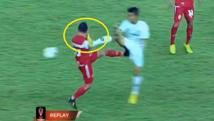 Ismed Sofyan mendapatkan hantaman keras saat menjalani laga melawan Kalteng Putra di Piala Presiden, Rabu (28/03/19). Copyright: © Youtube