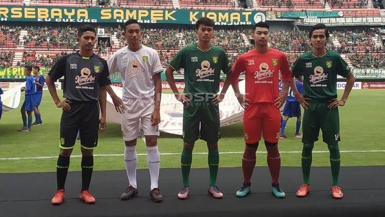 Pemain Persebaya junior mengenakan jersey baru dalam soft launching di Stadion GBT, Jumat (29/3/19). Copyright: © Fitra Herdian/Indosport.com