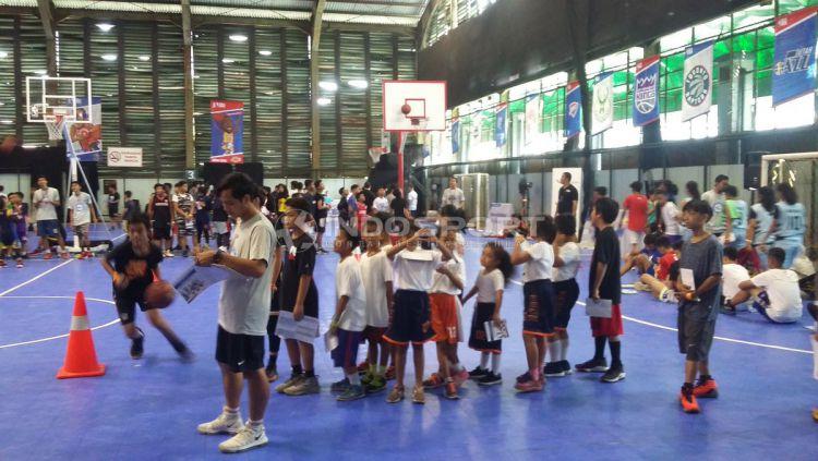 Program Jr. NBA yang digelar oleh The National Basketball Association (NBA) secara resmi kembali hadir untuk yang keenam kalinya secara berturut-turut di Cilandak Sport Center, Jakarta Selatan pada Sabtu (30/03/19). Copyright: © Risto Risanto/Indosport.com