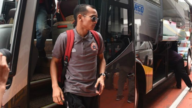 Indosport - Bintang Persija Jakarta, Riko Simanjuntak saat turun dari bus tim.