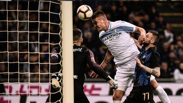 Momen Sergej Milinkovic-Savic menyundul bola pada laga Inter Milan vs Lazio di Serie A Italia 2018/2019, Senin (01/04/19) dini hari. Copyright: © Twitter/@GoalTurkiye