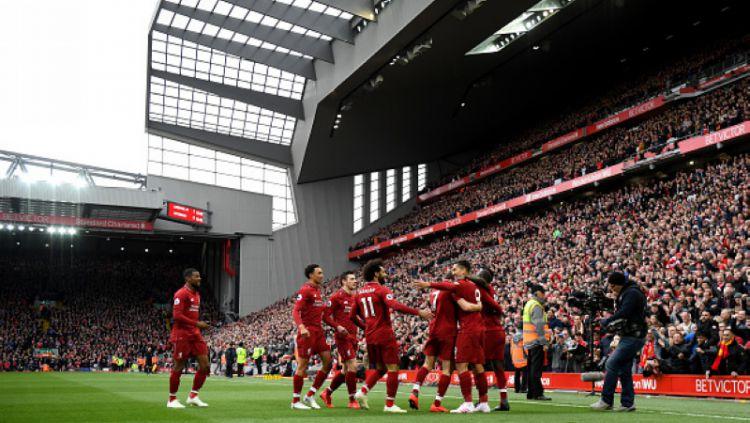 Skuat Liverpool berselebrasi pasca cetak gol ke Tottenham Hotspur Copyright: © Shaun Botterill/Getty Images
