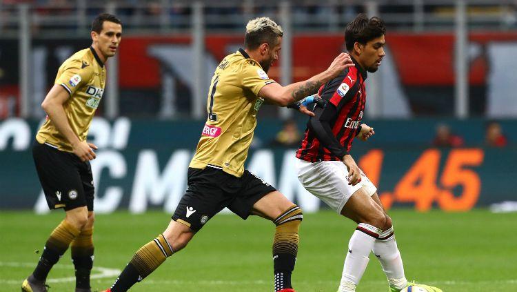 Lucas Paqueta tengah menghindari penjagaan pemain Udinese. Copyright: © Marco Luzzani