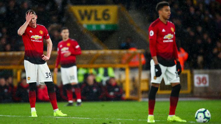 Para pemain Manchester United lesu ketika gawangnya dibobol Wolverhampton. Copyright: © Jay Barratt