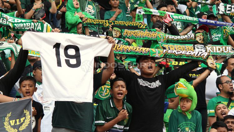 Bonek membawa jersey bernomor 19, nomor yang dikenakan Eri Irianto. Rabu (3/4/19). Copyright: © Fitra Herdian/Indosport.com