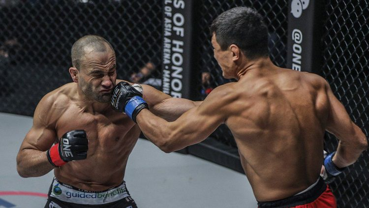 Alvarez alami cedera mata mengerikan usai dipukul secara brutal oleh rivalnya. Copyright: © One Championship