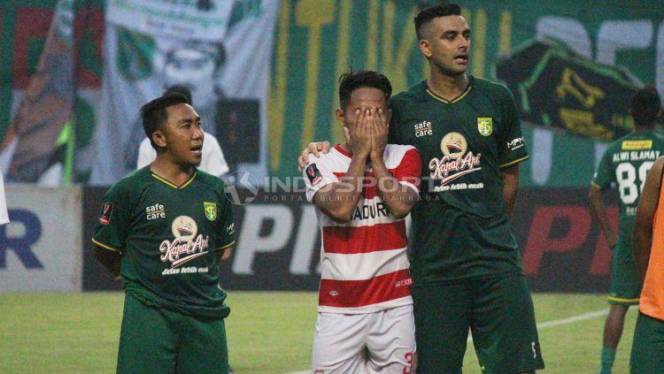 Seakan tak lupa darimana ia berasal, Bintang Madura United, Andik Vermansah, ikut meberi ucapan selamat ulang tahun kepada Persebaya Surabaya Copyright: © Fitra Herdian/Indosport.com