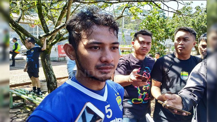 Gelandang Persib Bandung, Gian Zola seusai berlatih di Lapangan Saraga, Kota Bandung, Rab (03/04/2019). Copyright: © Arif Rahman/Indosport