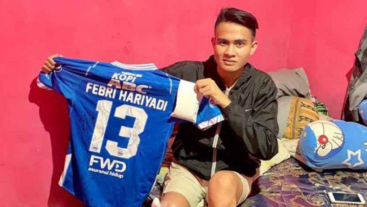 Aditya saat menerima jersey dari Febri Hariyadi./Febri Hariyadi Copyright: © Instagram@febrihariyadi13