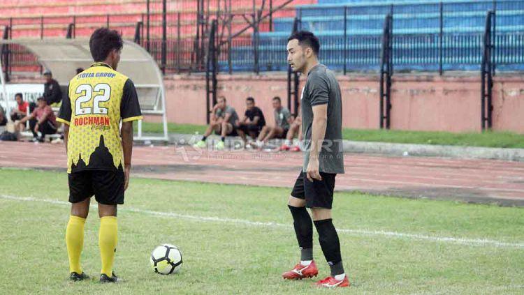 Pemain anyar PSIS Semarang, Shohei Matsunaga (kanan) pada laga uji coba melawan Persikama Magelang di Stadion Gemilang, Sabtu (06/04/19). Foto: Ronald Seger Prabowo/Indosport.com Copyright: © Ronald Seger Prabowo/Indosport.com