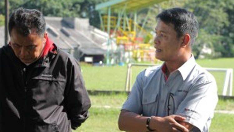 Pelatih Semen Padang Syafrianto Rusli (kiri) dan Direktur Utama PT Kabau Sirah Semen Padang (KSSP) Rinold Thamrin (kanan). Copyright: © thekmers.co.id